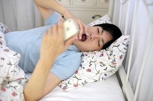 ベッド内でスマホ